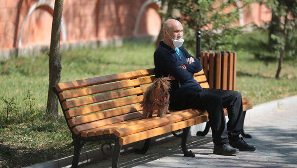 Mężczyzna na spacerze z psem - Sputnik Polska
