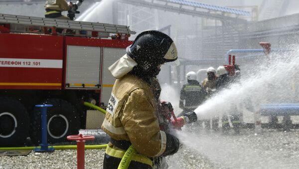 Funkcjonariusz rosyjskiej straży pożarnej w czasie ćwiczeń pożarowych z gaszenia rezerwatu w Noworosyjsku - Sputnik Polska