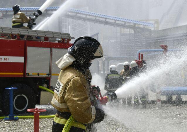 Funkcjonariusz rosyjskiej straży pożarnej w czasie ćwiczeń pożarowych z gaszenia rezerwatu w Noworosyjsku