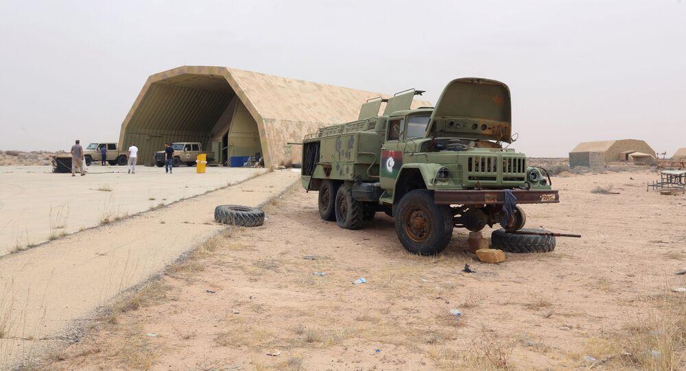 Członkowie Narodowej Rady Tymczasowej Libii w bazie lotniczej Al-Watija