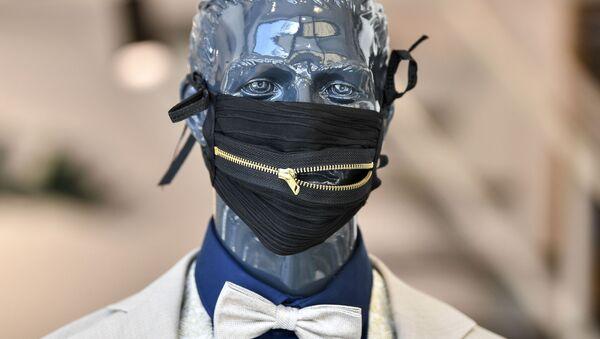 Modna maska ochronna niemieckiego projektanta Wolfa Schinke - Sputnik Polska