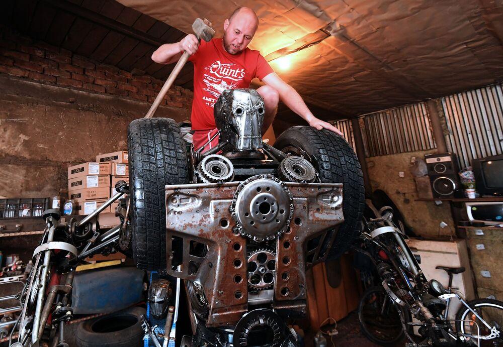 Mechanik samochodowy Siergiej Kulagin tworzy eksponat z używanych części samochodowych