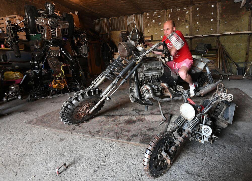 Mechanik samochodowy Siergiej Kulagin na motocyklu, który może być używany jako grill