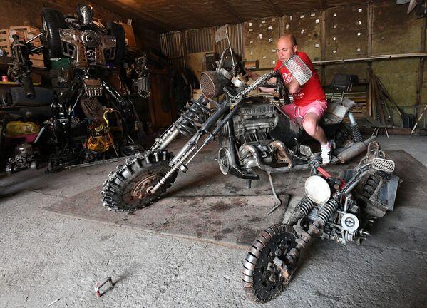 Mechanik samochodowy Siergiej Kulagin na motocyklu, który może być używany jako grill - Sputnik Polska