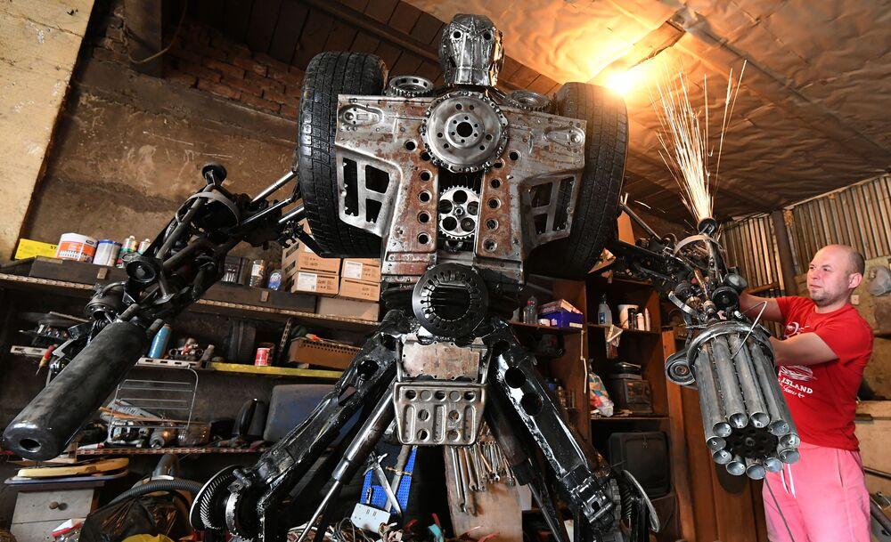 Mechanik samochodowy Siergiej Kulagin tworzy robota z używanych części samochodowych