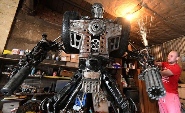Mechanik samochodowy Siergiej Kulagin tworzy robota z używanych części samochodowych - Sputnik Polska