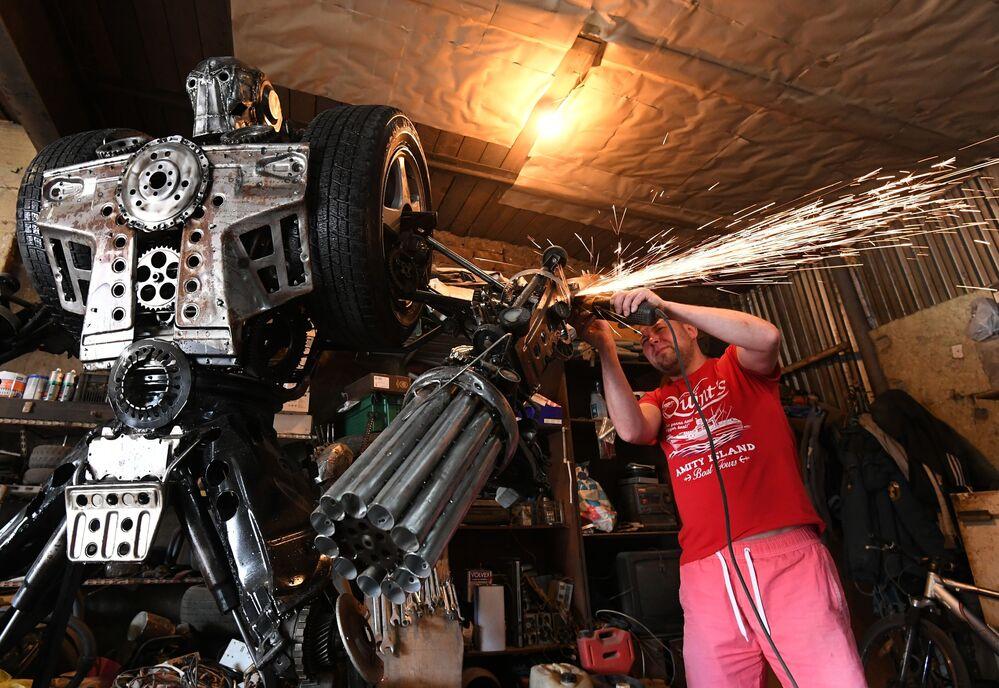 Mechanik samochodowy Siergiej Kulagin tworzy robota z części samochodowych