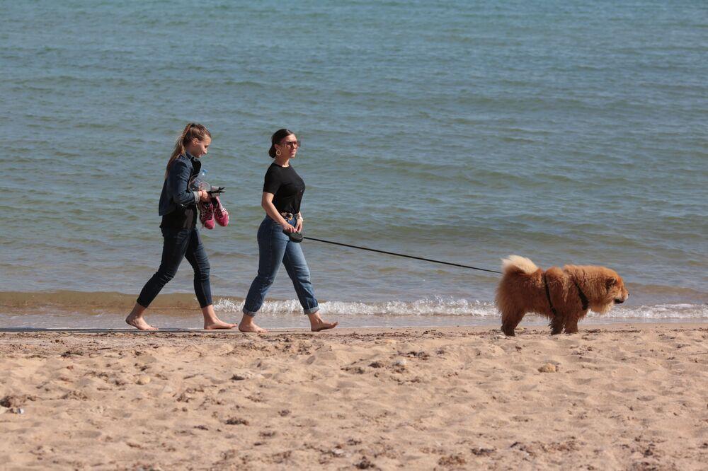 Spacerujący ludzie na plaży w Eupatorii