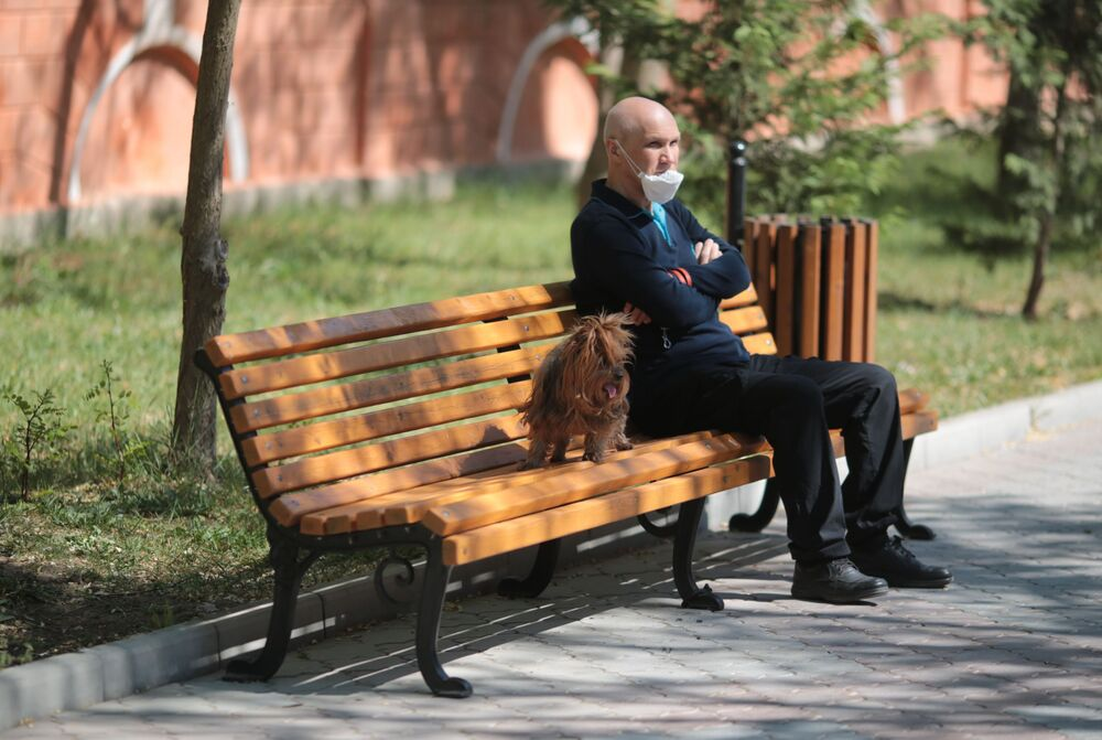 Mężczyzna na spacerze z psem w Eupatorii, Krym