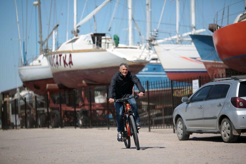 Mężczyzna na rowerze w Eupatorii na Krymie