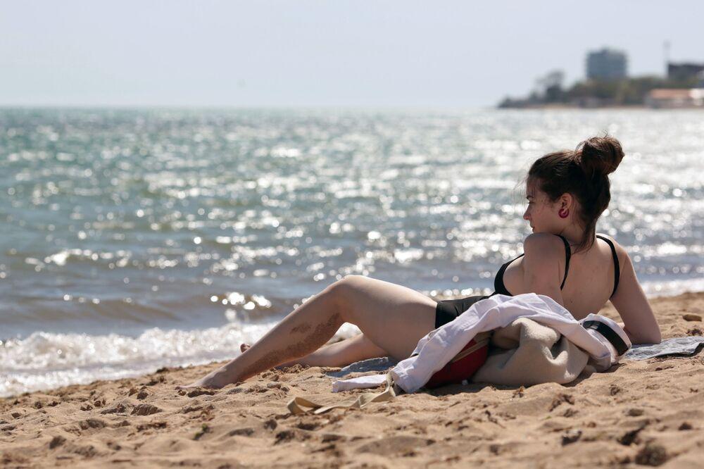 Pierwsi plażowicze w Eupatorii na Krymie
