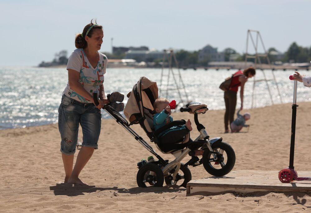 Odpoczywający ludzie na plaży w Eupatorii