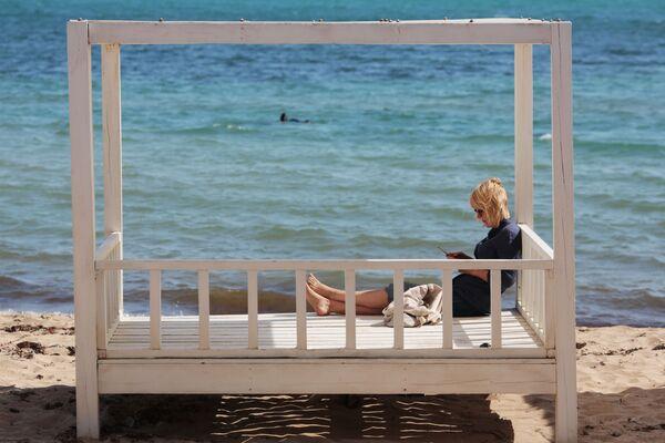 Odpoczywający ludzie na plaży w Eupatorii  - Sputnik Polska