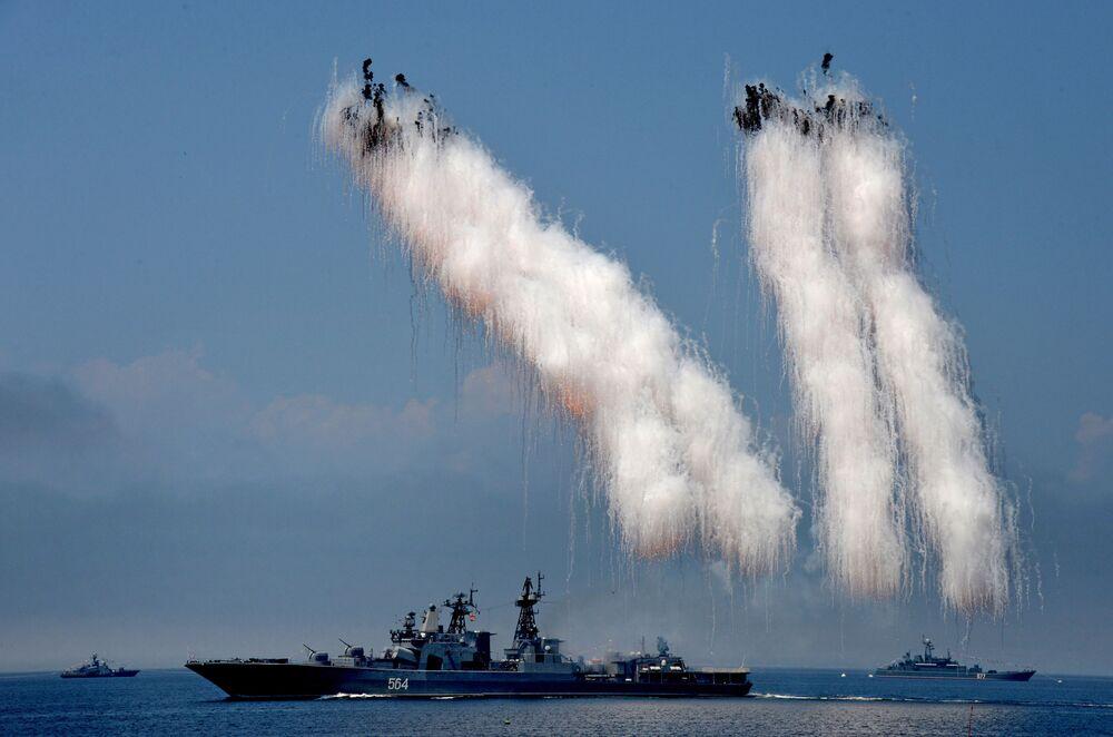 """Niszczyciel """"Admirał Tribuc"""" podczas próby parady we Władywostoku"""