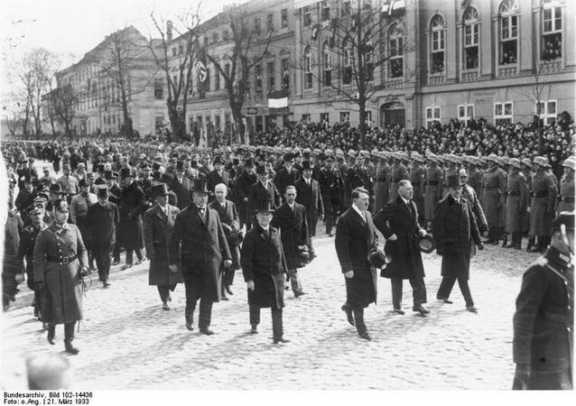 Adolf Hitler, wicekanclerz von Papen i Goebbels przechodzą obok kościoła w Poczdamie, 1933 rok