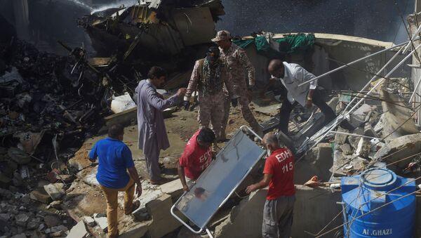 Ratownicy na miejscu katastrofy samolotu pakistańskich linii lotniczych w Karaczi - Sputnik Polska