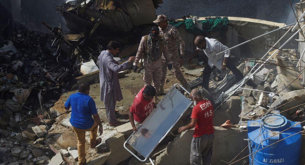 Ratownicy na miejscu katastrofy samolotu pakistańskich linii lotniczych w Karaczi.
