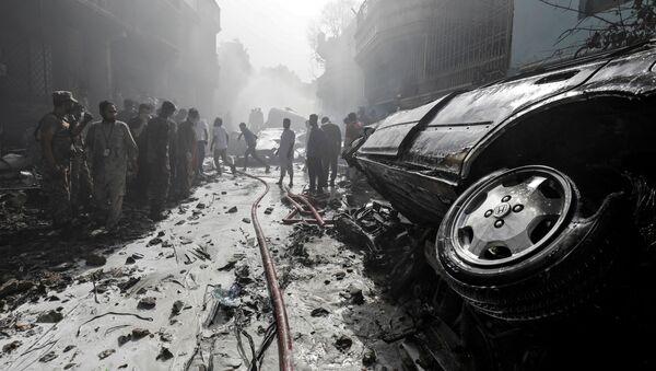 Samolot spadł w pobliżu osiedla mieszkaniowego w Karaczi. - Sputnik Polska