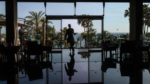 Kelner w jednym z hoteli w mieście Limassol na Cyprze. - Sputnik Polska