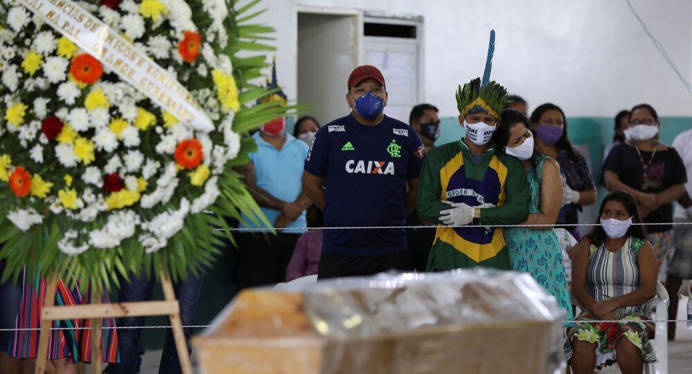 Pochówek 53-letniej kobiety, która była ofiarą koronawirusa w Manaus w Brazylii