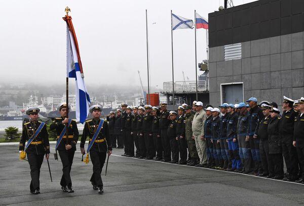 Uroczysta ceremonia spotkania z długiej podróży załogi holownika ratunkowego (SBS) Floty Oceanu Spokojnego we Władywostoku  - Sputnik Polska