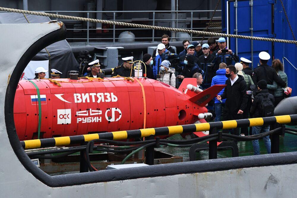 """Autonomiczny bezzałogowy pojazd podwodny """"Witiaź-D"""" podczas ceremonii spotkania z załogą holownika ratunkowego we Władywostoku"""
