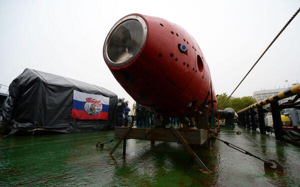 """Autonomiczny bezzałogowy pojazd podwodny """"Witiaź-D"""" podczas ceremonii spotkania z załogą holownika ratunkowego we Władywostoku  - Sputnik Polska"""