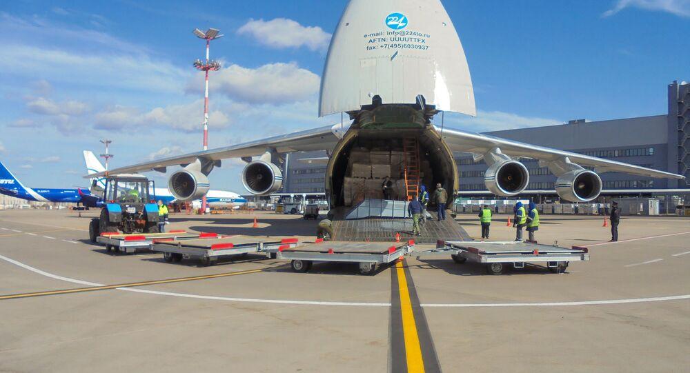 """Samolot An-124 """"Rusłan"""" na międzynarodowym lotnisku Wnukowo"""