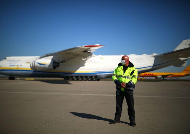 Ukraiński samolot transportowy An-225 Mrija na lotnisku w Lipsku