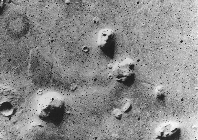 """""""The Face"""" — """"Twarz"""", zdjęcie zrobione przez sondę Viking 1 w 1976 roku"""