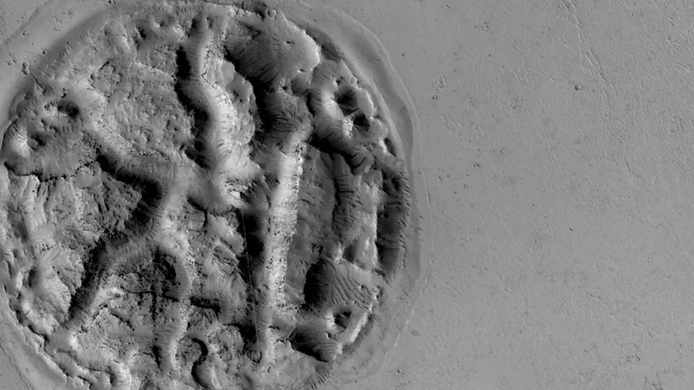 Rysunek na powierzchni Marsa, przypominający wafelka