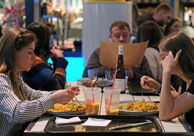 Goście w restauracji