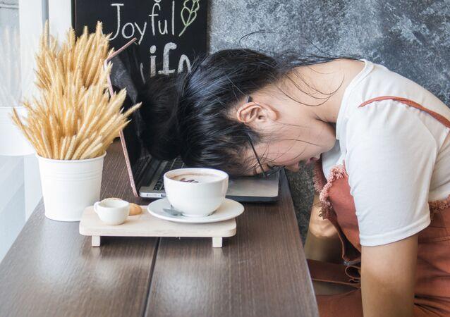 Dziewczyna śpi w kawiarni
