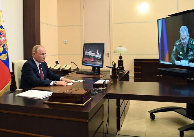 Prezydent Rosji Władimir Putin w czasie spotkania w trybie wideokonferencji z ministrem obrony Rosji Siergiejem Szojgu