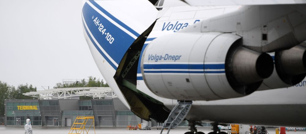 Samolot An-124-100 Rusłan przedsiębiorstwa Wołga-Dniepr na lotnisku Kazań