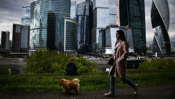 Dziewczyna spaceruje z psem po promenadzie Tarasa Szewczenki w Moskwie - Sputnik Polska