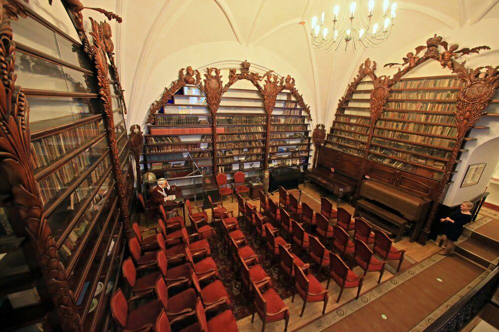 Regały w czytelni Biblioteki Wallenrodskiej w Kaliningradzie