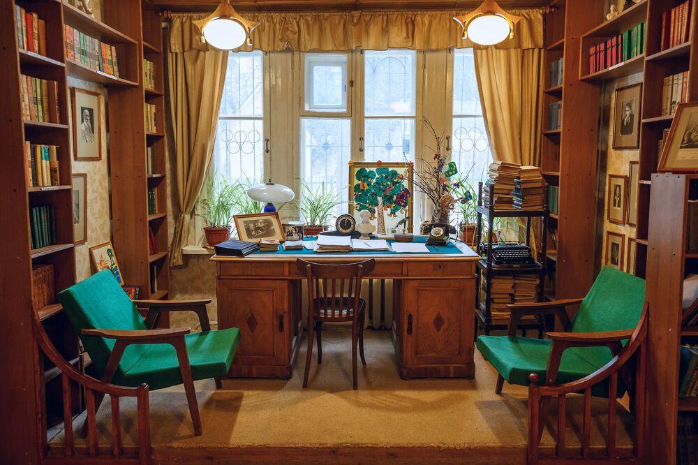 Wnętrze biblioteki dla dzieci we wsi Pieriediełkino