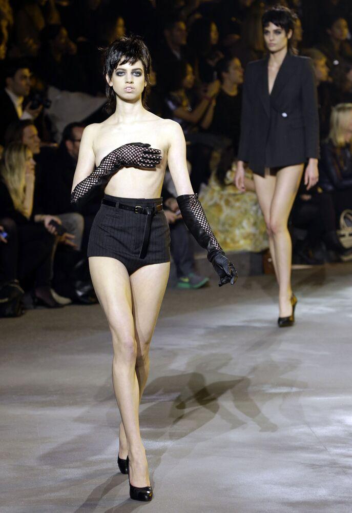 Modelka na wybiegu podczas Tygodnia Mody w Nowym Jorku