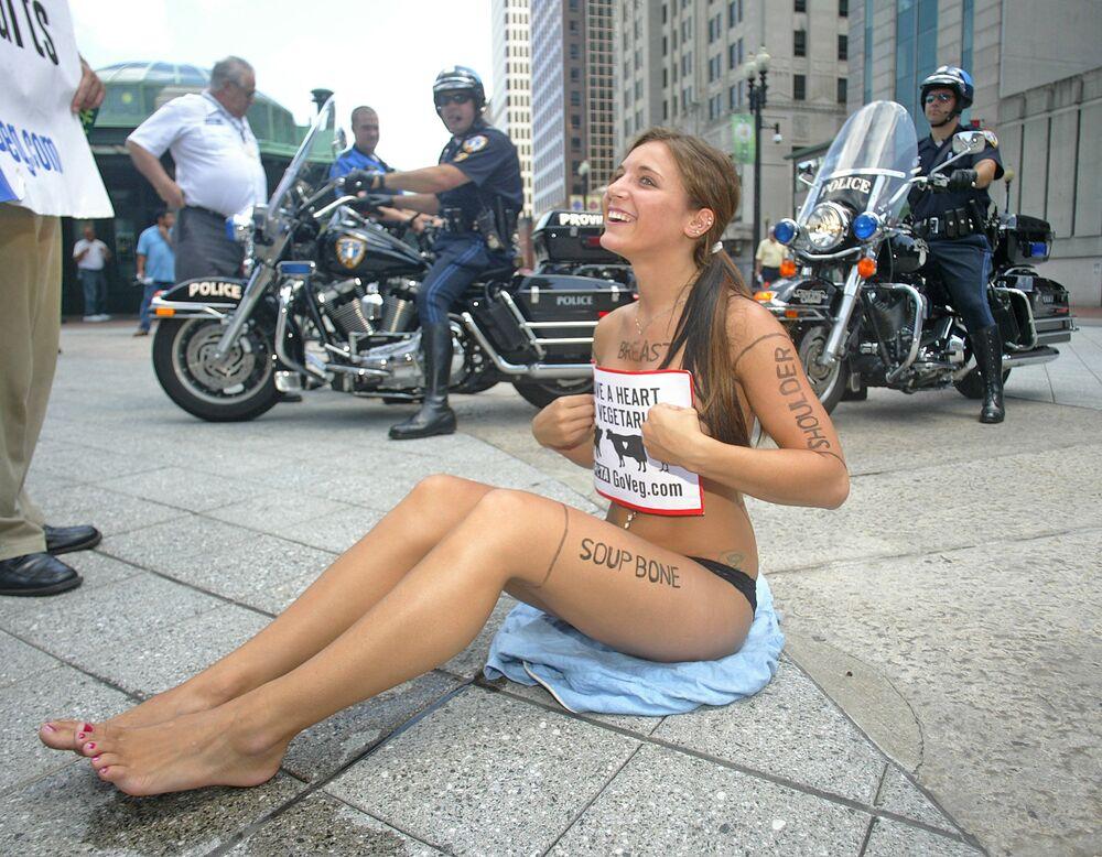 Wolontariuszka protestuje przeciwko przemysłowi mięsnemu, Providence, USA