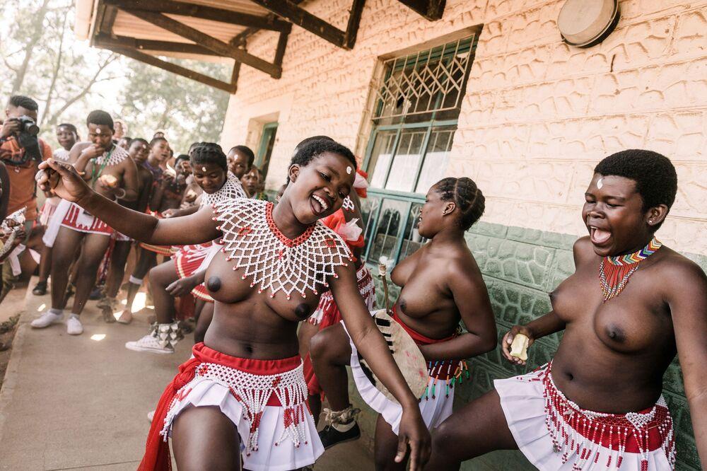 Tradycyjnie ubrane dziewczyny Zulu śpiewają i tańczą