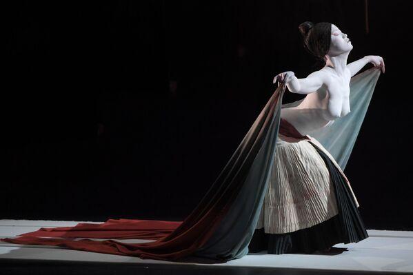 Aktorka teatru Legend Lin Dance podczas spektaklu The Eternal Tides - Sputnik Polska