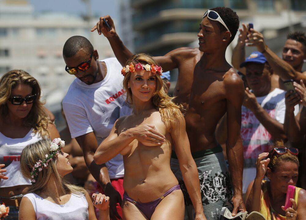 Tancerka Carla Clemente podczas wiecu na rzecz praw kobiet w Rio de Janeiro