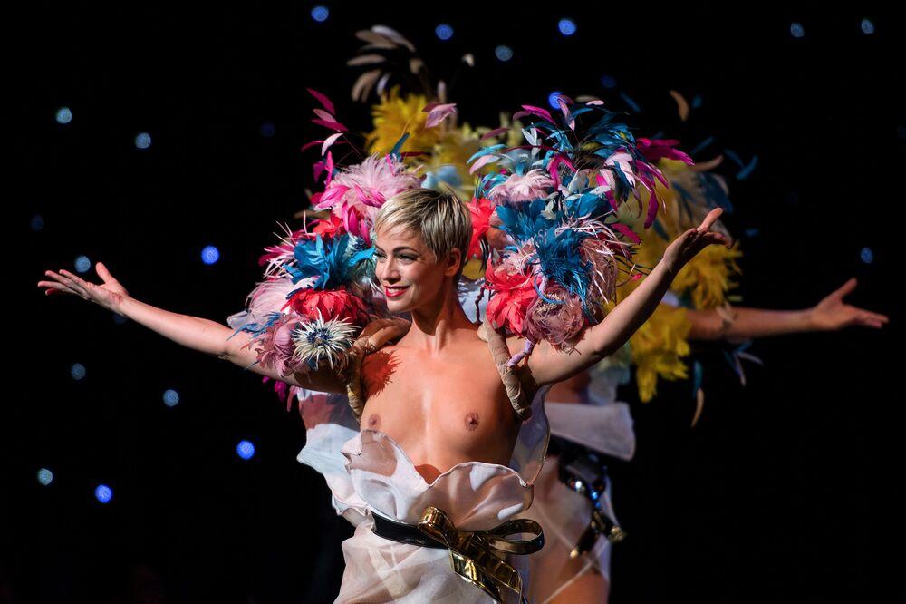 Tancerki występują w kabarecie Lido w Paryżu