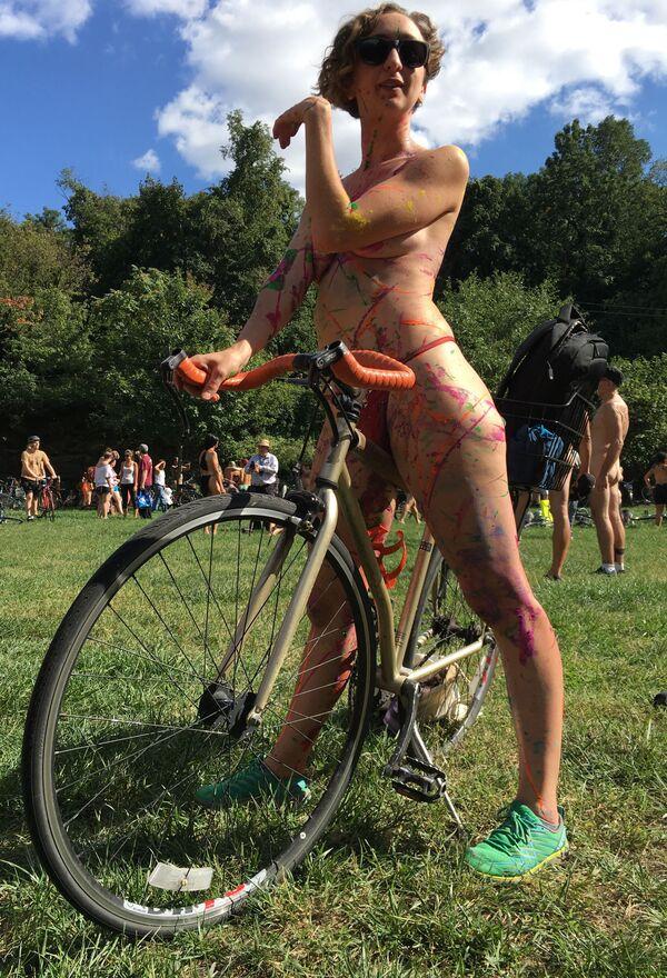 Rowerzystka Olivia Neely przed rozpoczęciem wyścigu w Filadelfii - Sputnik Polska