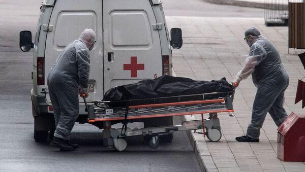 Pracownicy medyczni transportują ciało zmarłego do centrum kwarantanny w Kommunarce - Sputnik Polska