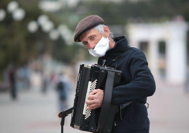 Uliczny artysta w masce