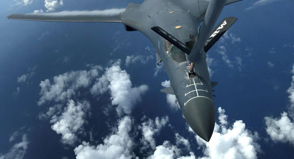 Jeden z dwóch bombowców Sił Zbrojnych USA B-1B Lancer nad Oceanem Spokojnym
