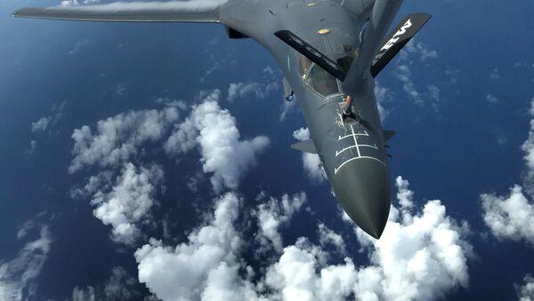Jeden z dwóch bombowców Sił Zbrojnych USA B-1B Lancer nad Oceanem Spokojnym - Sputnik Polska