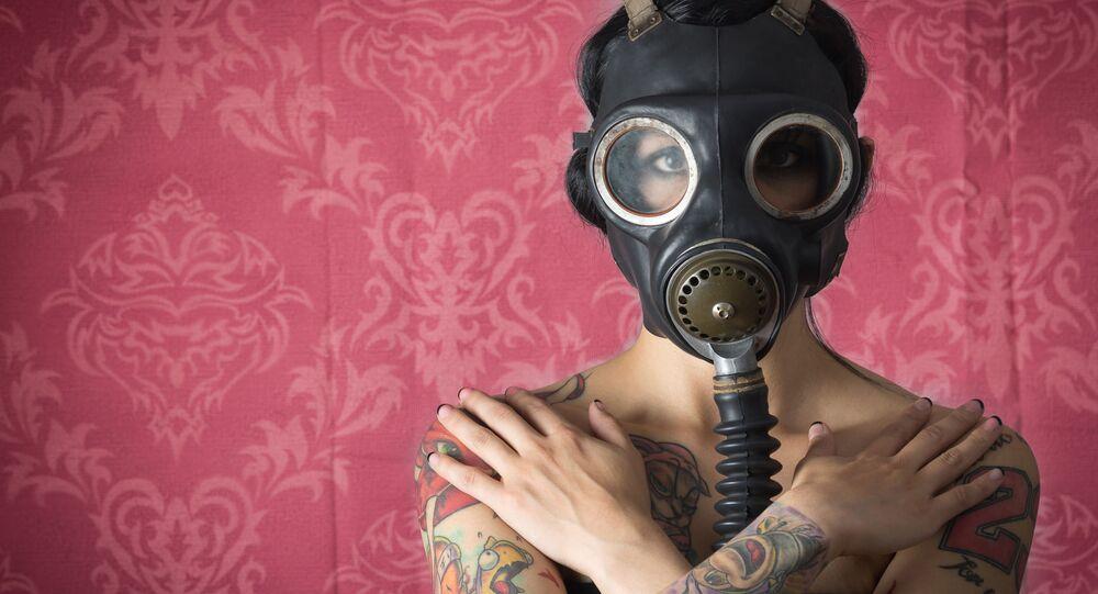 Dziewczyna w masce przeciwgazowej